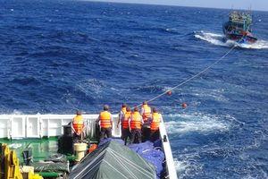 Tàu kiểm ngư KN 475 cứu kéo tàu cá Bình Định gặp nạn trên biển