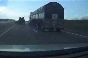 Camera giao thông: Ức chế vì xin vượt bất thành, tài xế xe con tạt đầu gây tai nạn kinh hoàng