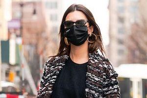 Emily Ratajkowski diện đồ hiệu, mang bốt cao gót đi mua sắm