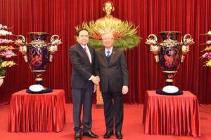 Tặng 'Cúp Lạc Hồng' gửi tới Đại hội lần thứ XIII của Đảng
