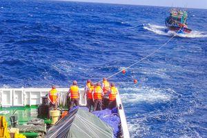Tàu kiểm ngư cứu 14 ngư dân trên biển