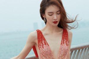 Sao nữ Trung Quốc diện váy xẻ sâu dưới thời tiết âm độ