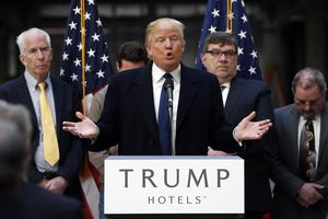 Mặc kệ bị luận tội, ông Trump tập trung cứu vãn thương hiệu kinh doanh