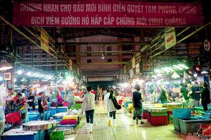 Đêm nhộn nhịp ở chợ đầu mối lớn nhất Sài Gòn dịp cận Tết nguyên đán