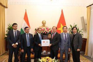 Ấn Độ trao tặng hàng cứu trợ cho các nạn nhân lũ lụt ở Việt Nam