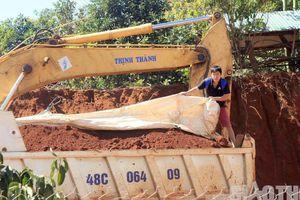 Đắk Nông: Nhà thầu lén lút 'trộm đất' đổ thi công đường