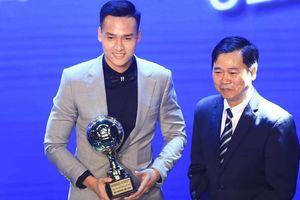 Từ cậu bé 'mít ướt' thành tài năng triển vọng của bóng đá Việt