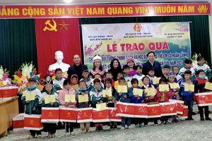 Thứ trưởng Nguyễn Thị Hà thăm, tặng quà tại huyện Kỳ Sơn (Nghệ An)