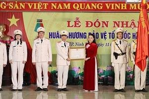Công an TP Ninh Bình đón nhận Huân chương Bảo vệ Tổ quốc hạng Nhất