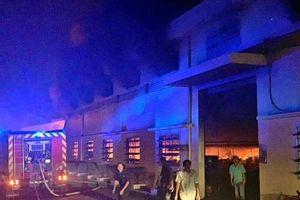 Huy động gần 200 lính cứu hỏa dập tắt đám cháy tại xưởng may giày