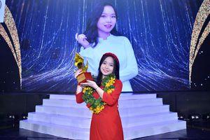 Thể hiện xuất sắc chủ đề 'Tết tròn', nữ sinh 2002 Ngọc Hoa đăng quang Én Vàng Học Đường 2020