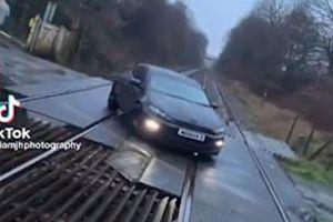 Đậu xe trên đường ray tàu lửa để quay TikTok