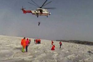 59 du khách được giải cứu sau khi mắc kẹt trên tảng băng nổi
