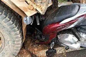 Xe máy đâm vào đuôi ôtô tải, 2 người tử vong