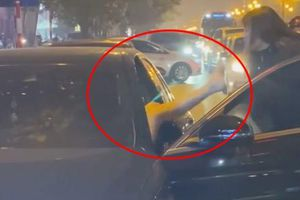 Xôn xao clip người phụ nữ chặn xe Mercedes nghi dằn mặt 'bạn tốt cướp chồng'