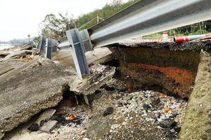 Bão 13 qua lâu, đường du lịch nát như băm tại Lăng Cô bị 'bỏ quên' sửa chữa?