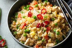 Cơm rang súp lơ gà siêu ngon dễ làm, thơm lừng gian bếp cho sáng cuối tuần thảnh thơi