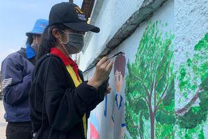 Sinh viên tình nguyện làm đẹp phố phường chào đón Tết Tân Sửu 2021