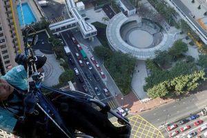 Kinh ngạc chàng trai leo 320m dọc tòa nhà chọc trời bằng xe lăn