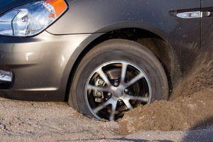 Bánh xe bị sụt xuống hố phải xử lý thế nào?