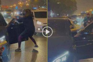 'Ninja Lead' giật cửa xe Mercedes đánh ghen náo loạn phố Lê Văn Lương