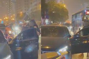 Bị bạn thân cướp chồng, người phụ nữ có màn đánh ghen 'căng đét' giữa phố Lê Văn Lương