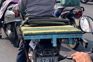 Dòng chữ 'lạ' phía sau chiếc xe cà tàng giữa đường phố Sài Gòn khiến nhiều người ấm lòng
