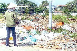 Cuối năm, đổ lén rác thải tràn lan