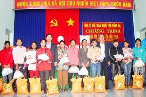 Tặng quà Tết cho người dân các địa phương