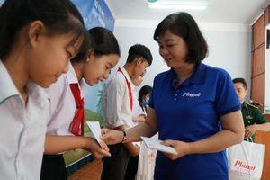 Trao 100 suất học bổng cho trẻ em vùng biên giới Tây Ninh