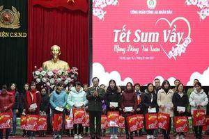 Thứ trưởng Nguyễn Văn Thành tặng quà cho đoàn viên có hoàn cảnh khó khăn