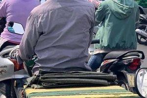 Người đàn ông lái chiếc xe máy 'cà tàng' bỗng nổi bật giữa phố bởi dòng chữ đặc biệt ấm lòng phía sau