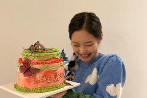 Sau phút choáng ngợp trước núi quà sinh nhật của Jennie, netizen Hàn phát hiện ra một điều lạ