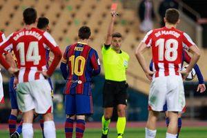 Messi với chiếc thẻ đỏ thứ nhất và... thứ ba