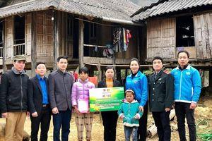 Thành đoàn Hà Nội tặng quà Tết thiếu nhi huyện Mai Châu, tỉnh Hòa Bình