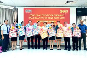 Kienlongbank trao 3.080 phần quà cho người lao động nhân dịp Tết