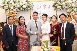 Hậu vệ Phạm Xuân Mạnh và bạn gái tổ chức lễ đính hôn