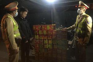 Thanh niên thuê ô tô chở hàng trăm hộp pháo nổ đi tiêu thụ bị CSGT Hà Nội bắt giữ
