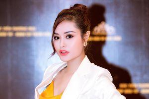 Hoa hậu Di Khả Hân diện vest cá tính, đeo đồng hồ nửa tỉ trong sự kiện