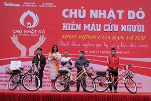 Tặng xe đạp cho sinh viên hiến máu nhiều lần nhất tại 'Chủ nhật đỏ' lần thứ 11