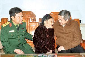 Chủ tịch UBND tỉnh Trần Tiến Hưng chúc tết Mẹ Việt Nam anh hùng, gia đình chính sách ở TX Hồng Lĩnh