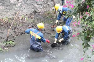 Hình ảnh công nhân thoát nước Hà Nội dầm mình trong giá rét