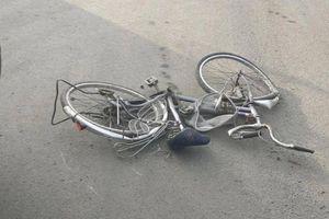 Video TNGT 18/1: Người phụ nữ đi xe đạp tử vong sau va chạm với xe ben