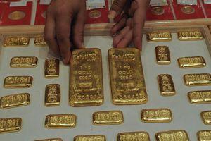 Giá vàng đi xuống, USD tự do hướng tới mốc 23.500 đồng