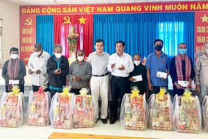 Ban Thường vụ Tỉnh ủy An Giang thăm các xã khó khăn