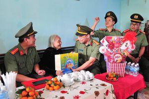 Trao quà cho các Mẹ Việt Nam anh hùng và học sinh khó khăn