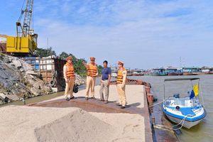 Bắt giữ 3 tàu khai thác cát trên sông Hồng