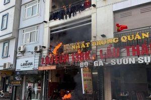 Cháy quán lẩu ếch trên phố Thượng Đình