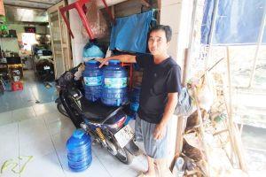Nước không đủ xài, nhiều hộ dân khổ sở