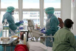Nhân viên y tế Malaysia kiệt sức vì quá tải bệnh nhân Covid-19